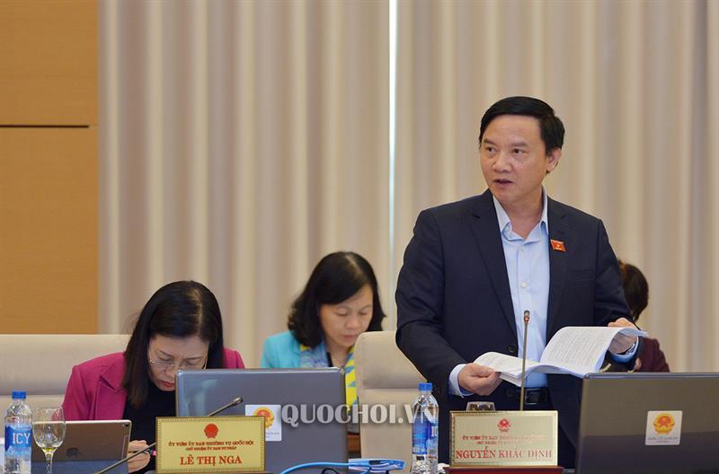Chủ nhiệm Ủy ban Pháp luật Nguyễn Khắc Định trình bày Báo cáo thẩm tra