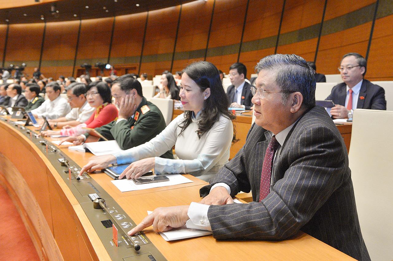 Đại biểubiểu quyết thông qua Nghị quyết Kỳ họp thứ 10, Quốc hội khóa XIV.