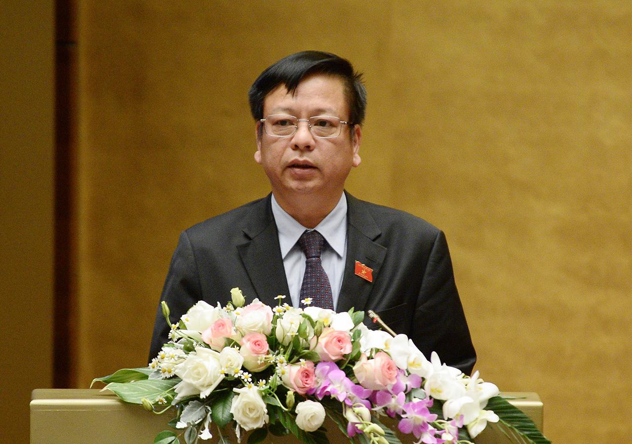 Trước khi tiến hành biểu quyêt thông qua Nghị quyết, Quốc hội nghePhó Tổng Thư ký Quốc hội Nguyễn Trường Giang trình bày Dự thảo Nghị quyết Kỳ họp thứ 10, Quốc hội khóa XIV.